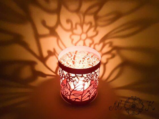 Plotterdatei DIY Blumen-Windlicht mit Blumen Blättern und Schnörkeln - beleuchtet mit einem Teelicht im Glas