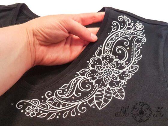 Plotterdatei Folienmotiv Blumenranke mit Strass umgesetzt in weiß auf schwarzem Shirt