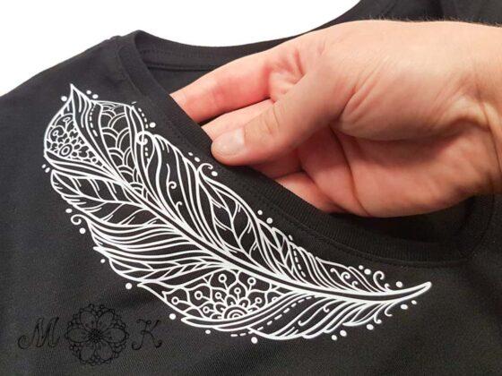 Plotterdatei Feder geschnitten aus weißer Flex skaliert auf 75% auf Shirt