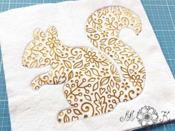 Plotterdatei Folienmotiv Eichhörnchen - Herbst-Hörnchen Version 1 aus goldener Flex auf weißem Filz - Kontur umnäht mit Öffnung zum Füllen