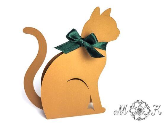 Box und Deko Katze (Plotterdatei SVG) umgesetzt in braun mit grüner Schleife