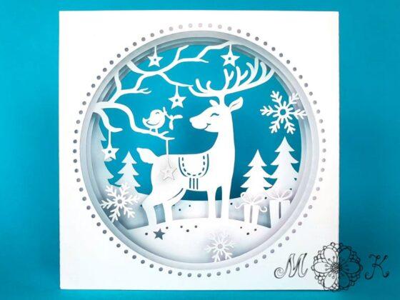 Plotterdatei Tunnelkarte Rentier mit Vögelchen, Sternen, Schneeflocken, Geschenken, und Bäumen