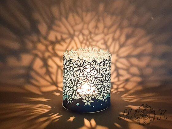Gemütliche Winterstimmung - Plotterdatei Schneeflocken-Windlicht geschnitten aus Tonkarton und beleuchtet mit einer Kerze im Glas